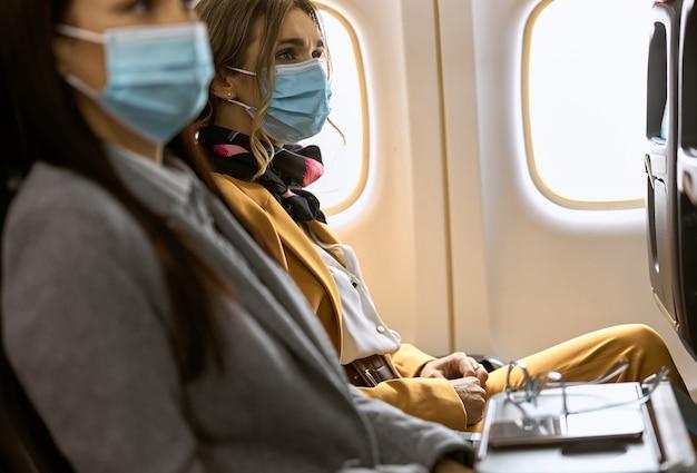 飛行機の新しい注文。女性は飛ぶ前にマスクに座っています