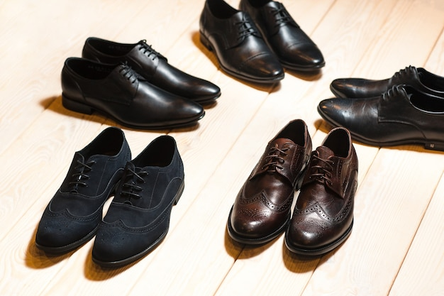 Новая пара мужской кожаной обуви на деревянном полу. деловая встреча.