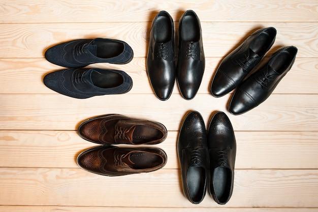 Новая пара мужской кожаной обуви на деревянном полу. классический тренд.