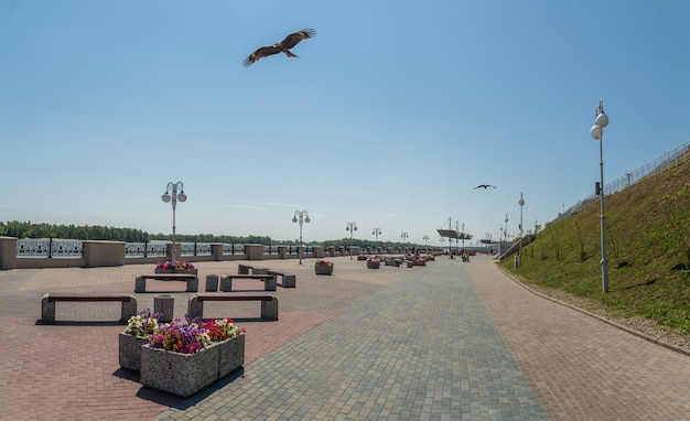 Barnaul에 화단이 있는 새로운 포장된 제방. 나고르니 공원.
