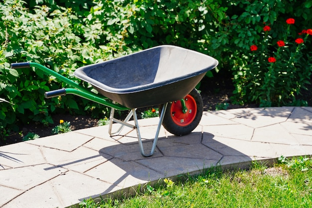 식물원 정원의 새로운 플라스틱 및 금속 정원 트롤리는 꽃밭 부분에서 작동합니다.