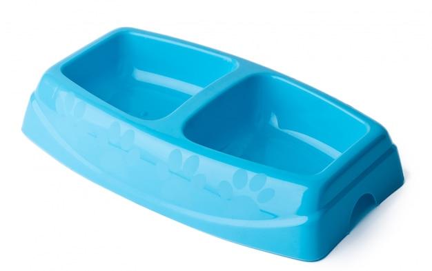 Новая пластиковая миска для домашних животных, изолированная на белом
