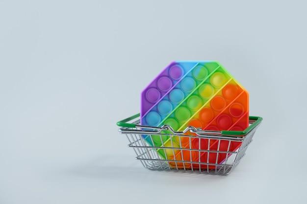 쇼핑 바구니에있는 새로운 대중적인 실리콘 다채로운 antistress 팝 그것 장난감