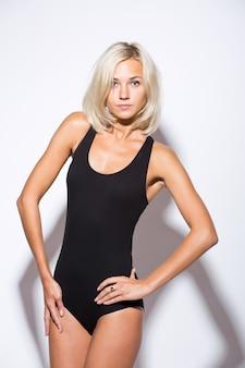 Новая красивая женщина танцор брейк-данс, изолированные на белом фоне студии