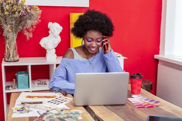 새 프로젝트. 새 프로젝트 작업에 바쁘게 느끼는 아름다운 유명 아프리카 계 미국인 디자이너