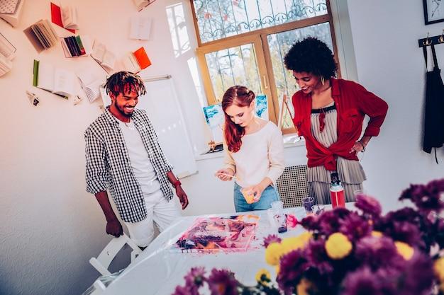 새 프로젝트. 새로운 프로젝트를 진행하는 미술 부서의 창의적인 재능있는 3 인