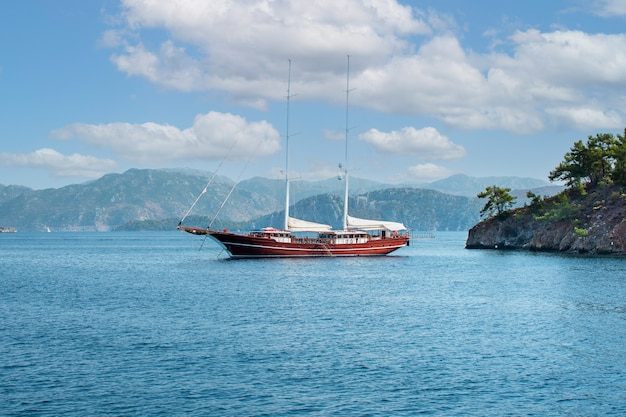 Нью-провиденс, нассау, роскошный парусник, две мачты, пришвартованный на якоре в тропическом экзотическом острове