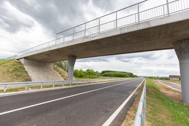 Nuova autostrada di recente costruzione nel distretto di brcko, bosnia ed erzegovina