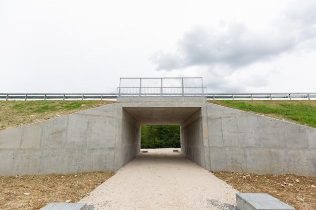 Nuova autostrada di recente costruzione nel distretto di brcko, in bosnia ed erzegovina