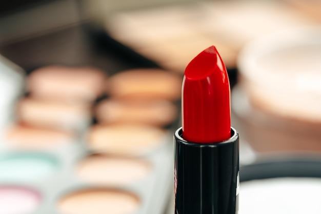 허영 테이블에 새로운 빨간 립스틱을 닫습니다.