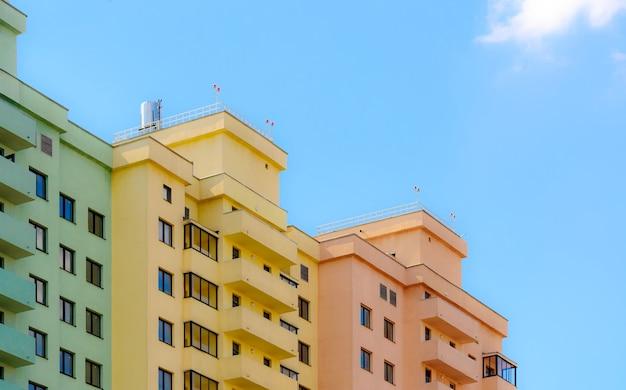 Новые жилые красочные здания на фоне голубого неба