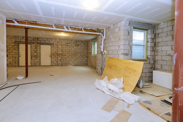 지하실 미완성보기와 새로운 주택 건설 홈 프레임