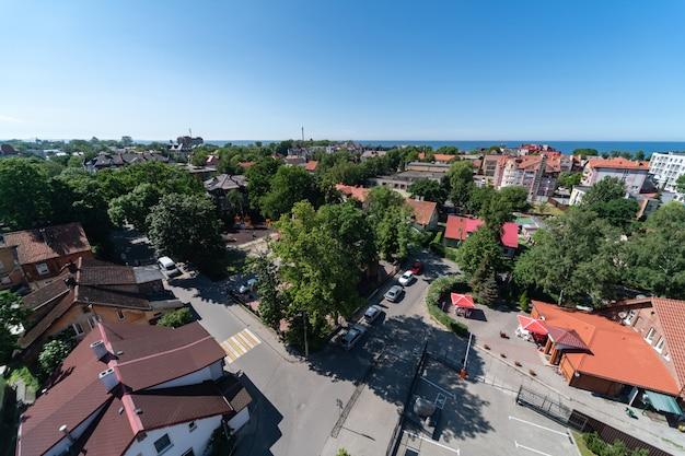 海岸、空撮の新しいリゾートタウン。屋根からの美しい日当たりの良い街並み。リゾート村の建設。
