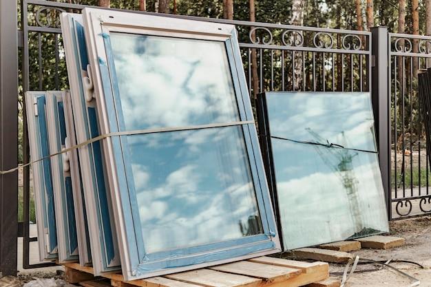 Новые стеклопакеты на стройплощадке. хранение и подготовка при установке окон.