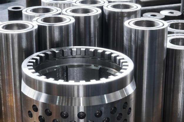 다양한 직경의 터보 드릴의 새로운 반짝이는 강철 하드웨어 부품이 작업장 바닥에 있습니다