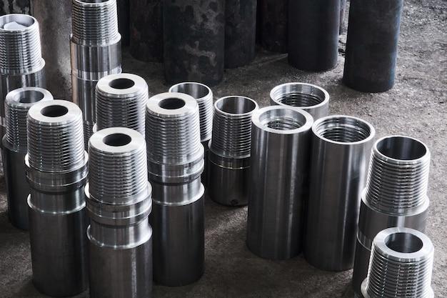 작업장에서 다양한 직경의 터보 드릴의 새로운 반짝이는 강철 하드웨어 부품