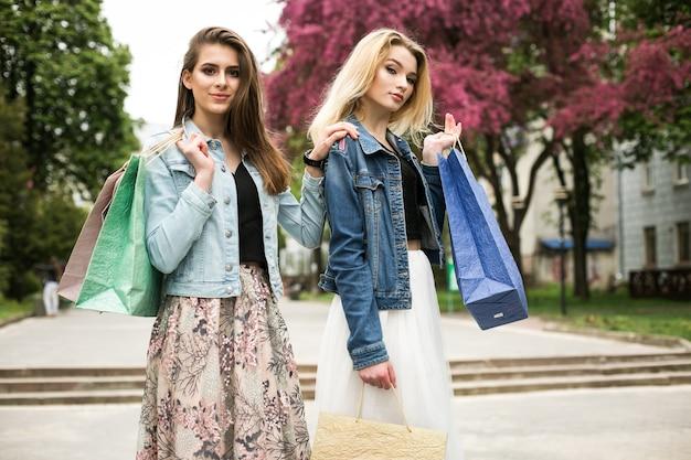 새로운 shopaholic 재미 사람들 젊은 여자 친구