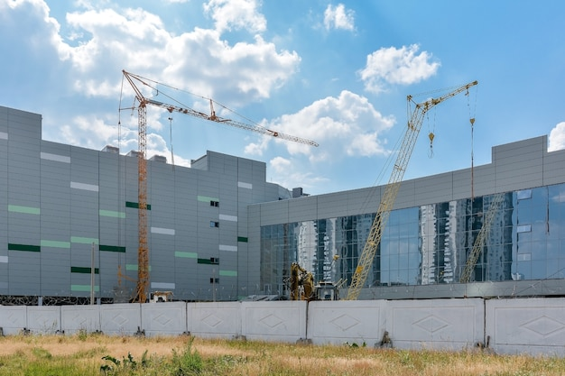 市内中心部に建設中の新しいショッピングとエンターテイメントの複合施設