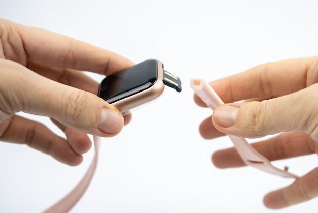 Новый умный фитнес-браслет с пустым черным экраном и портом для зарядки