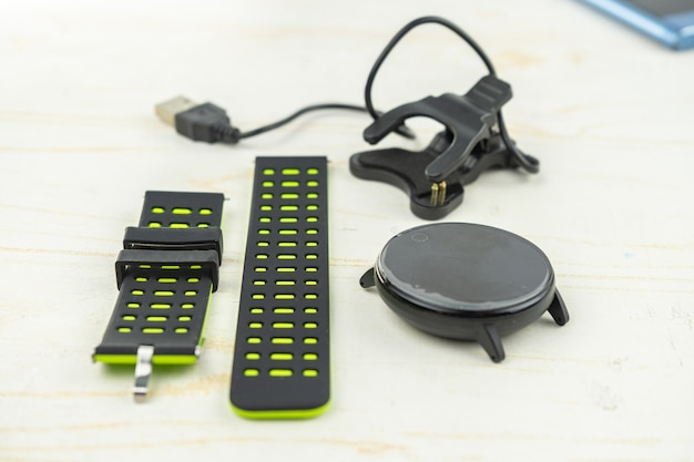 Новый умный фитнес-браслет с пустым черным экраном