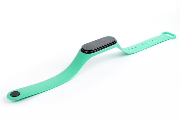 Новый умный фитнес-браслет с цветным ремешком на белом фоне