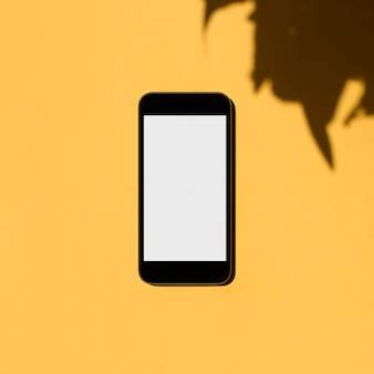 Новый смартфон с пустым пространством экрана, изолированным на желтом