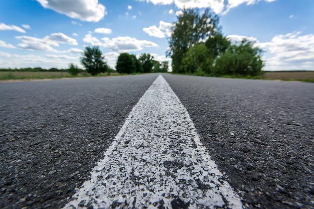 夏の新しい滑らかなアスファルト道路