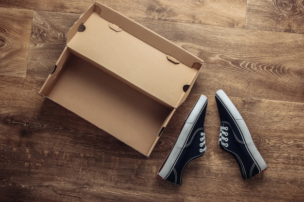 床に段ボール箱が付いた新しいスニーカーシューズ。上面図