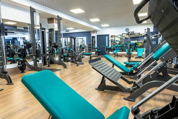 체육관의 새로운 스포츠 장비, 아무도