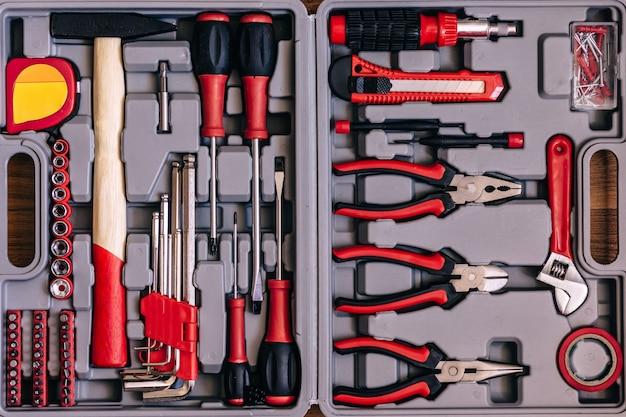 赤いツールを備えた新しい正方形の黒いツールボックス