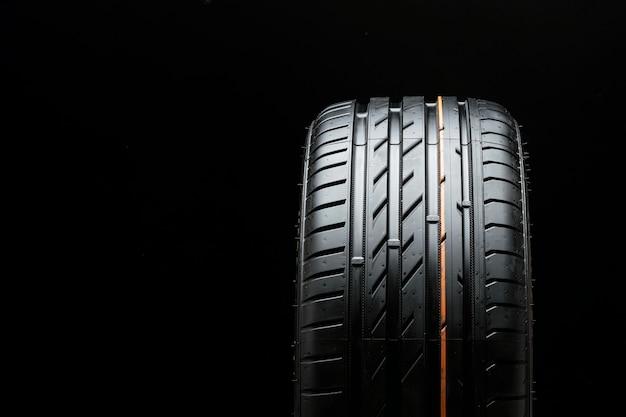 검은 색 표면에 새로운 여름 타이어 클로즈업