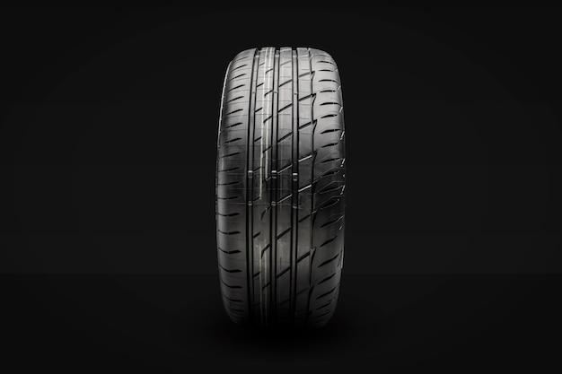 새로운 여름 타이어. 전면보기, 검정색 배경.