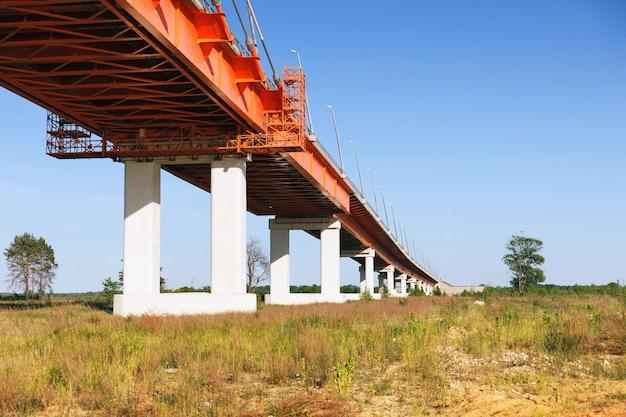 地平線に伸びる新しい吊橋