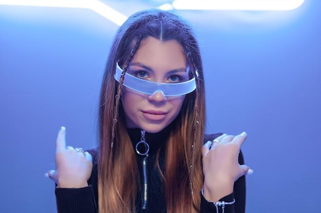 안경의 새로운 기술. cyberpunk 여자 초상화. 고품질 사진