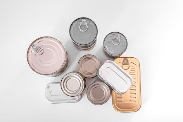 新しい、ラベルのないアルミ缶。フラットレイ
