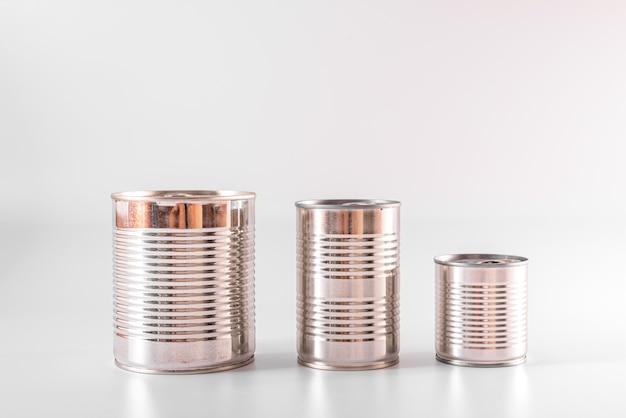 라벨이없는 새 알루미늄 캔은 수년간 식품을 보관할 것입니다.