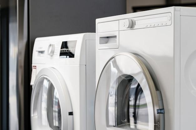 Новая стиральная машина в магазине бытовой техники