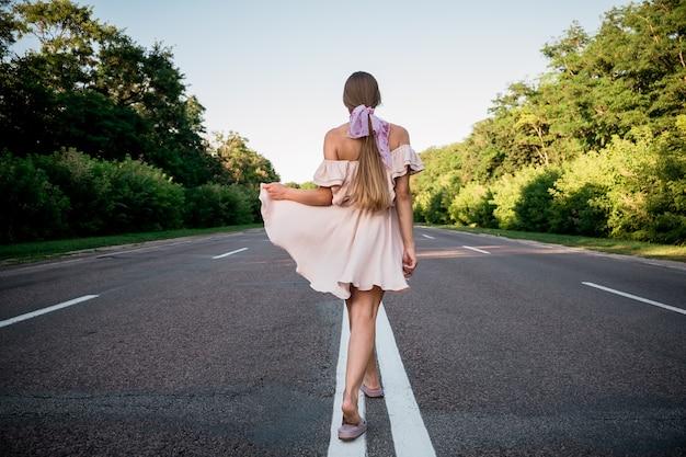 新しい方法新しいスタート新年の決議チャレンジ選択またはコンセプトを変更する若い女性が歩いている