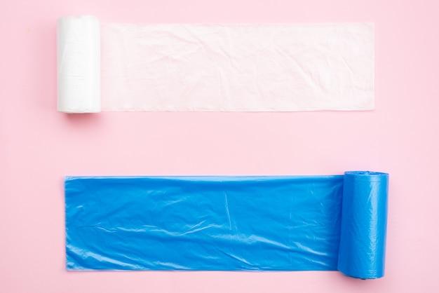 Новые белые и синие мешки для мусора