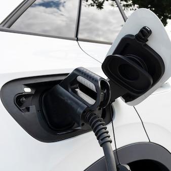 駅で充電する新しい白い電気自動車