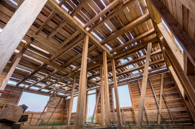 건설중인 새로운 목조 주택입니다. 내부에서 창문이 열리는 벽과 천장 프레임의 확대 그림입니다. 천연 재료의 생태 꿈의 집. 건물, 건설 및 혁신 개념.
