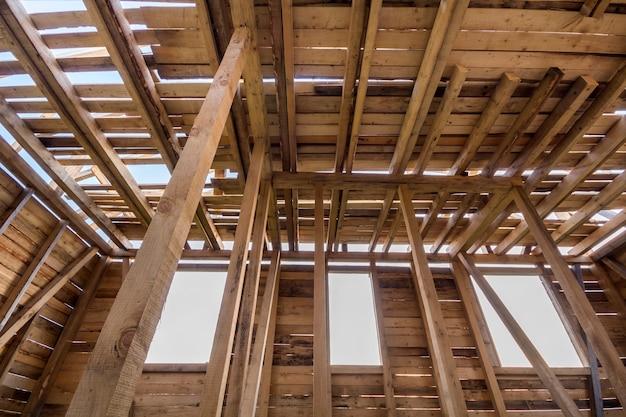 건설중인 새로운 목조 주택입니다. 내부에서 창문이 열린 벽과 천장 프레임의 확대 그림입니다. 천연 재료의 생태 꿈의 집. 건물, 건설 및 혁신 개념.