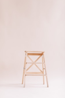 흰색 바탕에 새 나무 사다리입니다. 격리 된 사다리입니다. 텍스트를 위한 공간입니다.