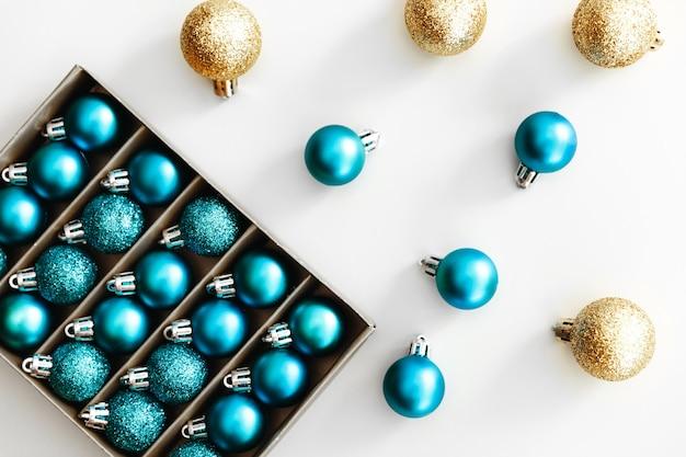 새해 2021 파란색 풍선. 빛나는 크리스마스 볼의 세련 된 세트입니다. 휴일 개념. 평면 평신도, 평면도.