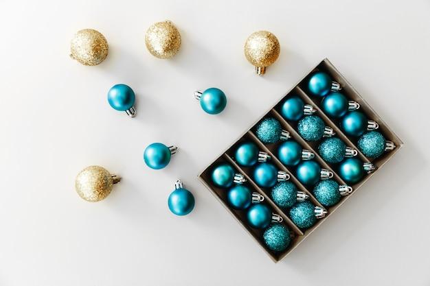 2021年の新年の青い風船。光沢のあるクリスマスボールのスタイリッシュなセット。休日の概念。フラットレイ、上面図。