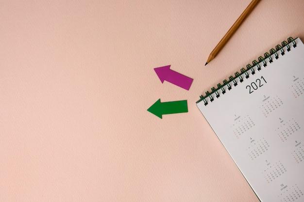 ピンクの表面に2021年の新年カレンダー