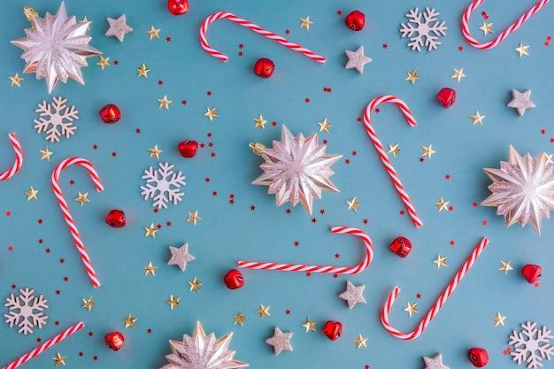 Новый год 2021. новогодняя плоская композиция из леденцов, елочных игрушек и конфет.
