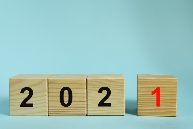 새 해 2021 개념, 파란색 배경에 번호와 나무 큐브. 디자인 목업