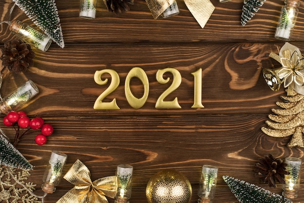 나무 배경에 새 해 2021 황금 번호