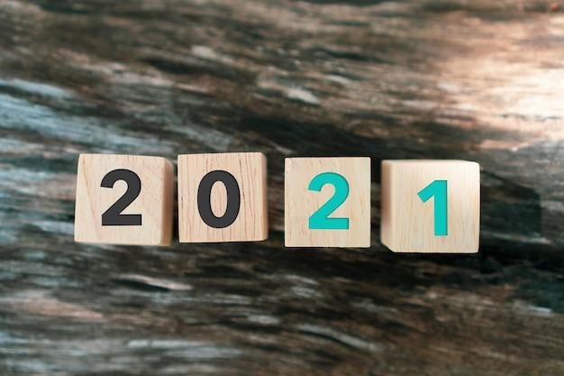 Приближается новый год 2021, вдохновляющий креативной идеей.